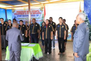 Direktur Eksekutf UP2KP Aloysius Giyai saat melantik Pengurus Cabang Unit Percepatan Pembangunan Kesehatan Papua (UP2KP) Wilayah Adat Anim-Ha di Kantor Sekretariat PPS Merauke,