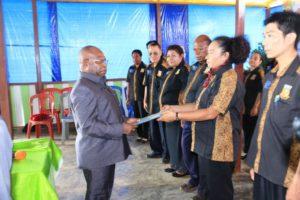 Direktur Eksekutf UP2KP Aloysius Giyai ketika menyerahkan SK Pengurus Cabang Unit Percepatan Pembangunan Kesehatan Papua (UP2KP) Wilayah Adat Anim-Ha diterima oleh Ketua Fransiska Gondro Mahuze