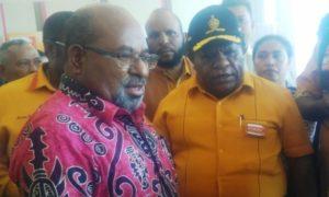 Ketua Hanura Papua Hengky Kayame bersama Gubernur Lukas Enembe usai melantik pengurus Hanura Papua. (Admin)