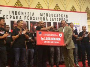 Tim Persipura saat menerima bonus dari PT Freeport Indonesia atas keberhasilan menjadi juara TSC