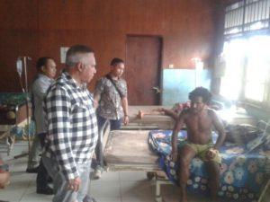Kapolda Papua Irjen Paulus Waterpauw saat mengunjungi korban pertikaian Intan Jaya di RS NAbire