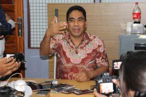 Sekda Papua Hery Dosinaen saat memberikan keterangan terkait kedatangan KPK