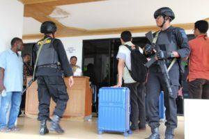 Tim KPK saat meninggalkan salah satu ruangan di kantor Gubernur Papua