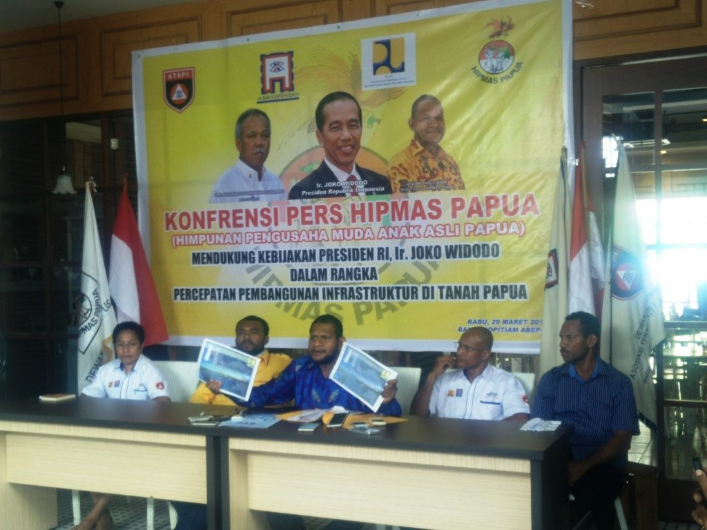 Ketua Hipmas PApua, Hendrik Udam (tengah) saat memberikan keterangan