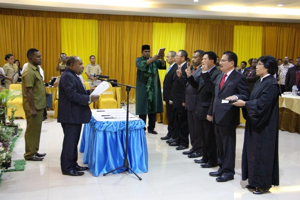 Gubernur Lukas saat mengambil sumpah Direksi Baru Bank Papua