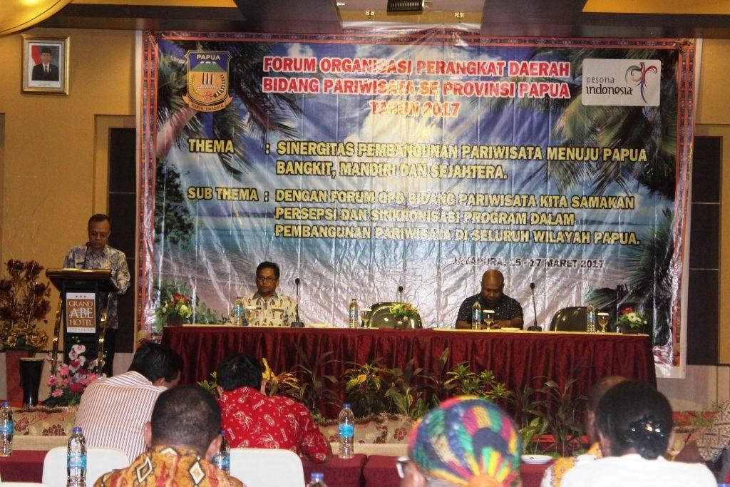 Kepala Dinas PariwisataPapua Drs Yoseph IS Matutina, SSos, MSi menyampaikansambutan Gubernur Papua Lukas Enembe, SIP, MH, ketikamenutupForum KoordinasiOPDBidang Pariwisata Se- Papua di Grand Abe Hotel, Jayapura, Jumat (17/3).