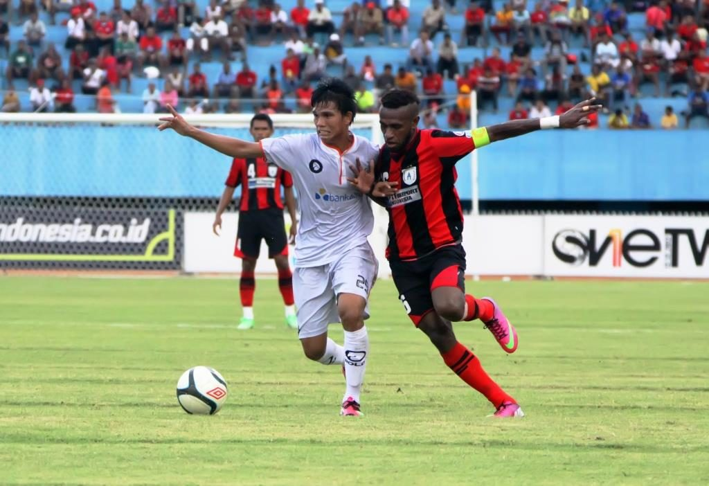 Kapten Persipura, Boaz Solossa berduel dengan pemain lawan di stadion Mandala beberapa waktu lalu