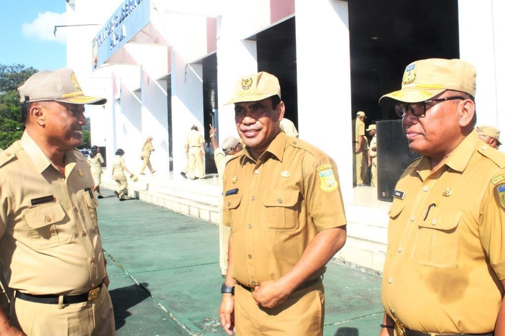 Sekda Papua Hery Dosinaen (tengah) berbincang dengan sejumlah pegawai usai apel pagi