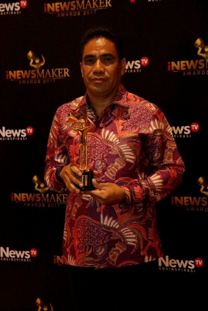 Sekretaris Daerah Papua TEA Hery Dosinaen, S.IP.MKP dengan piala penghargaan Apresiasi Tokoh Pembangun Daerah Indonesia Timur