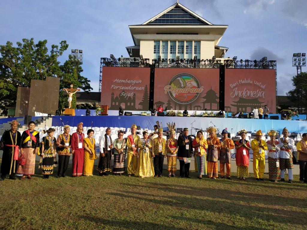 Para kontingen Pesparani seluruh Indonesia yang mewakili dengan pakaian adat nusantara.